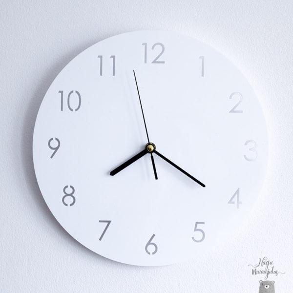 Minimalistlik vaikne valge kell